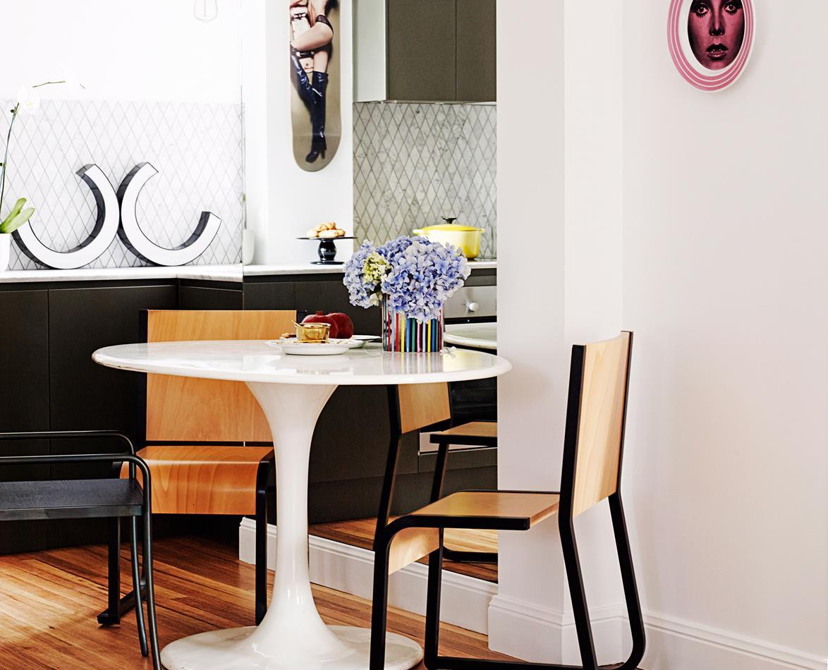 Bàn trà tulip màu trắng kết nối sàn và tường nhà trong không gian
