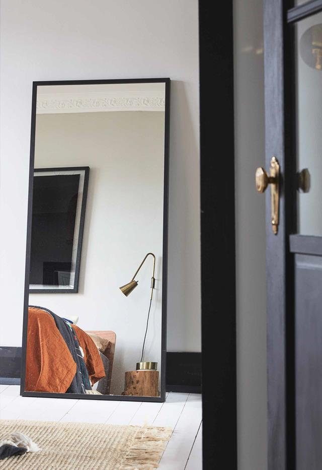 Gương đặt trong phòng ngủ chính là thiết kế thông minh để tận dụng ánh sáng tự nhiên