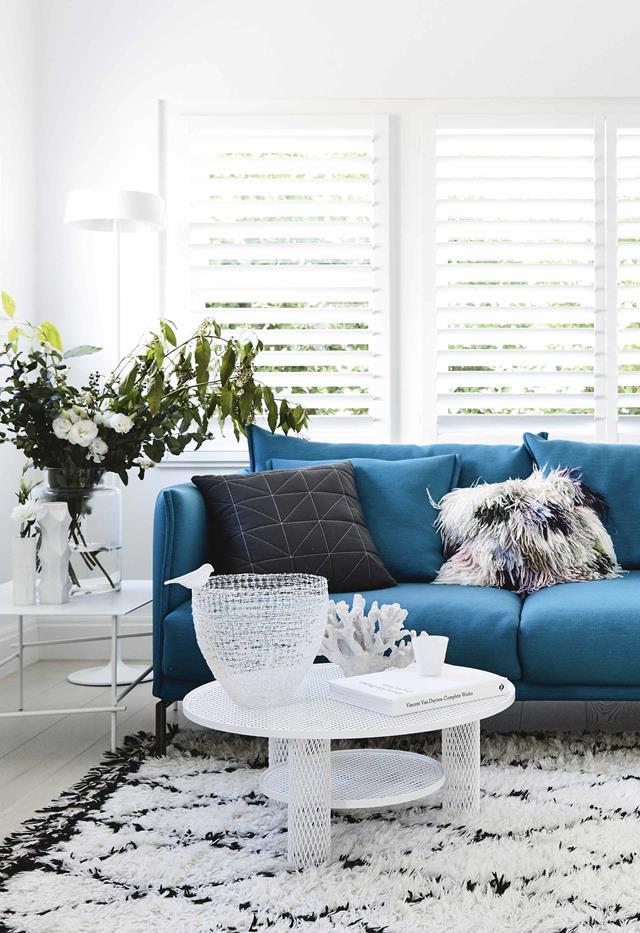 Chiếc đèn sàn màu trắng thanh mảnh hòa quyện trong không gian ngôi nhà kiểu tối giản