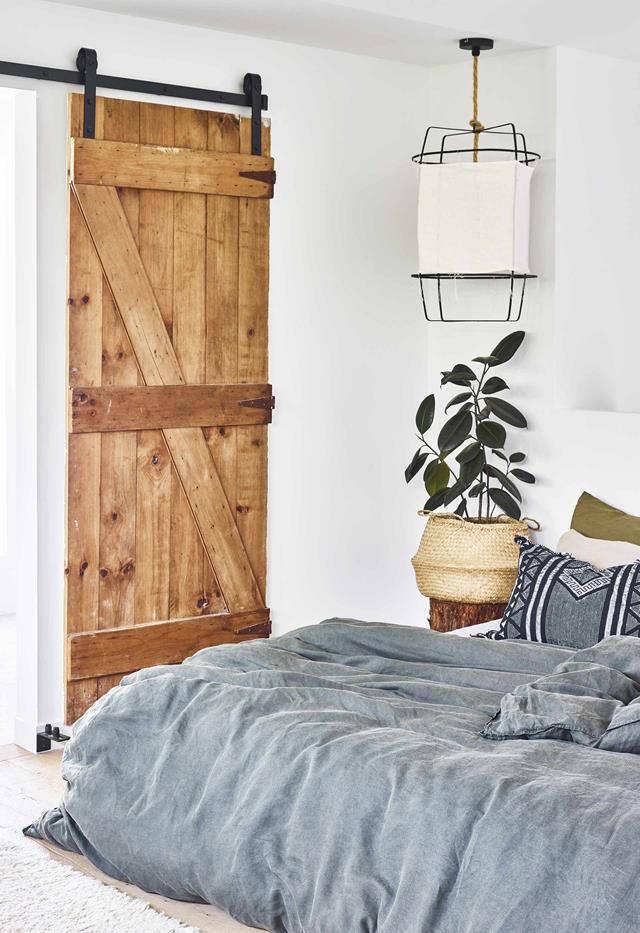 Cửa trượt là một giải pháp thông minh để kết nối và tách phòng ngủ chính ra khỏi phòng riêng trong căn nhà bên hồ bơi này