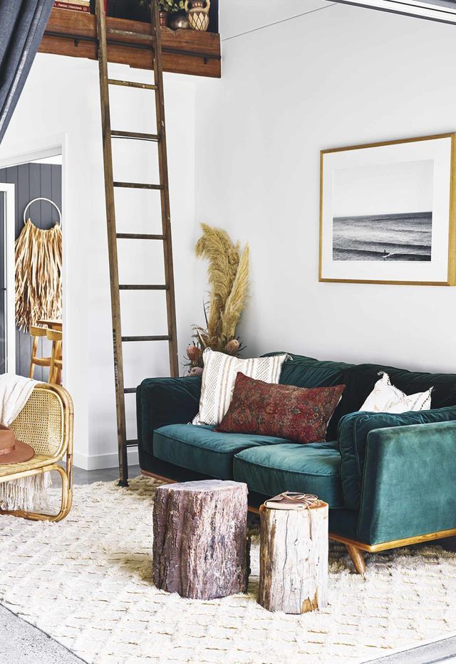 Diện tích sàn hạn chế trong ngôi nhà bên hồ ở Queensland, lựa chọn đồ nội thất cao hơn sàn vô cùng quan trọng