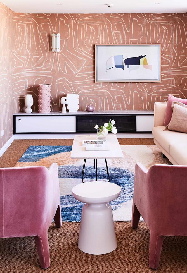 Bằng cách tạo ra họa tiết gốm thông minh trong góc không gian đầy màu sắc của căn hộ penthouse này, căn phòng không bị quá bừa bộn