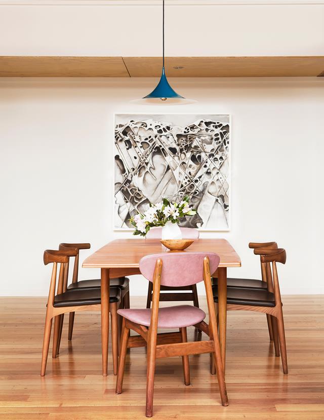 Bàn ăn gỗ kết hợp với ghế ăn bọc đệm mềm mại