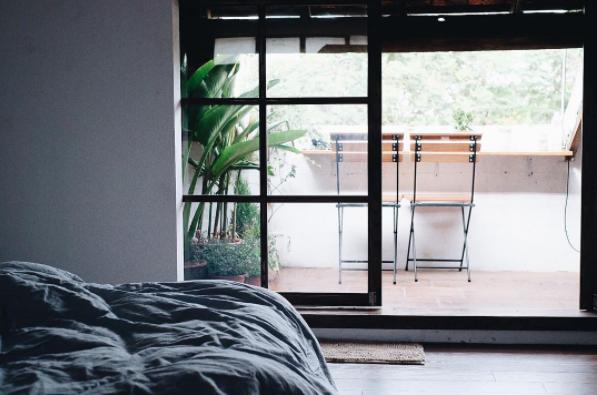 Thiết kế phòng ngủ homestay tràn ánh sáng ban công