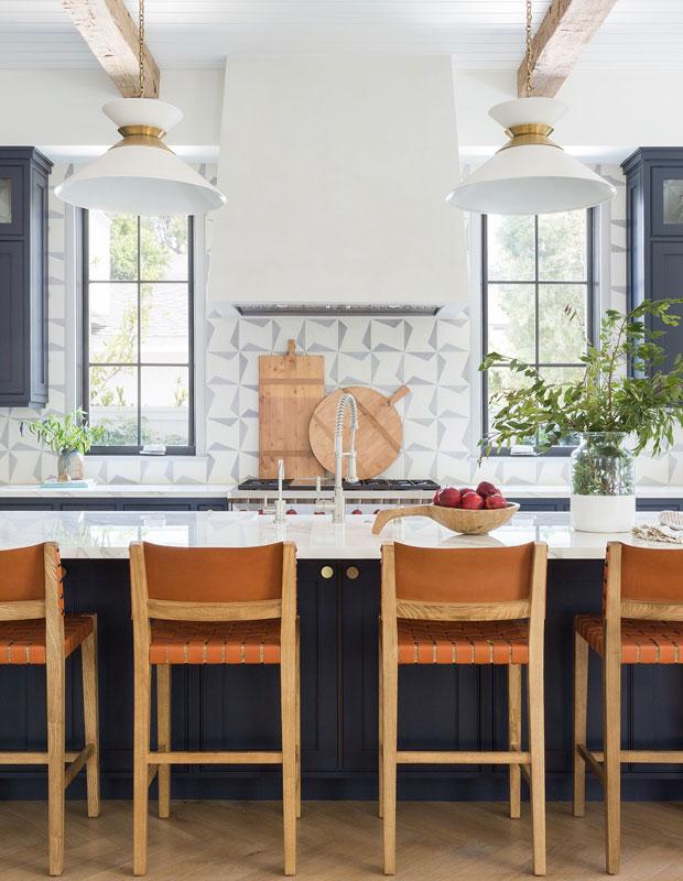 Trong căn bếp này là sự tương phản rõ nét giữa màu trắng sáng và màu xanh hải quân sâu thẳm hoặc đen. Màu tối neo vào không gian và tạo ra độ sâu về thị giác, cho phép vật liệu và kết cấu tự nhiên bật lên.
