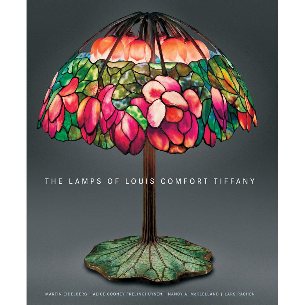 Họa tiết tinh xảo và màu sắc trên cây đèn quý tộc