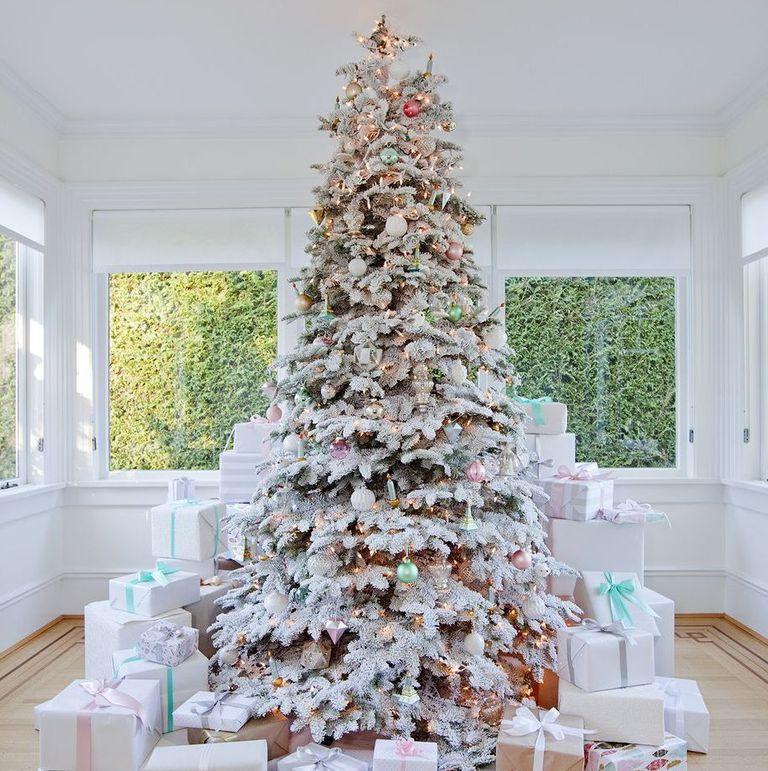 Cây thông Noel tông trắng là sự lựa chọn của rất nhiều gia đình
