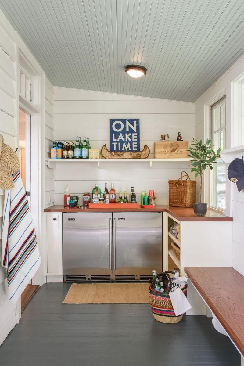 Trong ngôi nhà trên hồ Michigan, kiến trúc sư đã tái tạo không gian bar cafe theo kiểu nơi nghỉ dưỡng vui tươi bên hiên nhà.