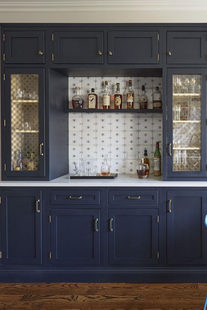 Tủ bếp màu xanh hải quân và hoa văn hình ngôi sao trong thiết kề quầy bar kiêm này lấy cảm hứng từ bầu trời đêm.