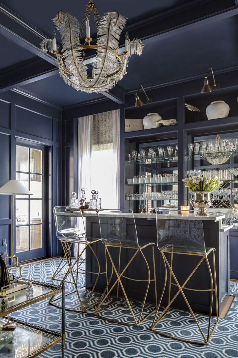 Từ chiếc đèn trùm tinh xảo, đồ nội thất acrylic và các chi tiết mạ vàng khiến không gian khoác lên mình một vẻ đẹp hiện đại, tinh xảo, mang âm hưởng không gian triển lãm nghệ thuật.