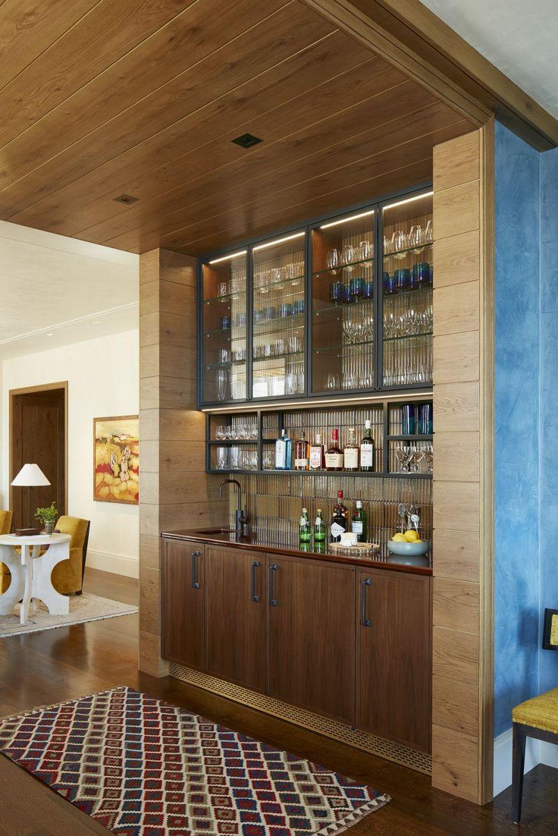 Không gian phục vụ của người quản gia được ốp gỗ và bổ sung bằng bức tường màu xanh da trời cực kỳ hiện đại.