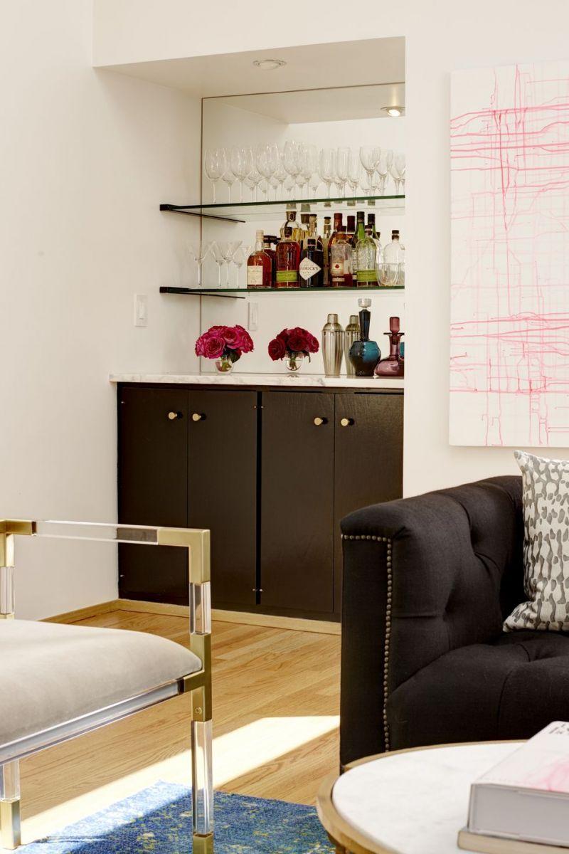 Quầy bar trong phòng khách trở nên thật sống động, hòa hợp với không gian nghệ thuật xung quanh.
