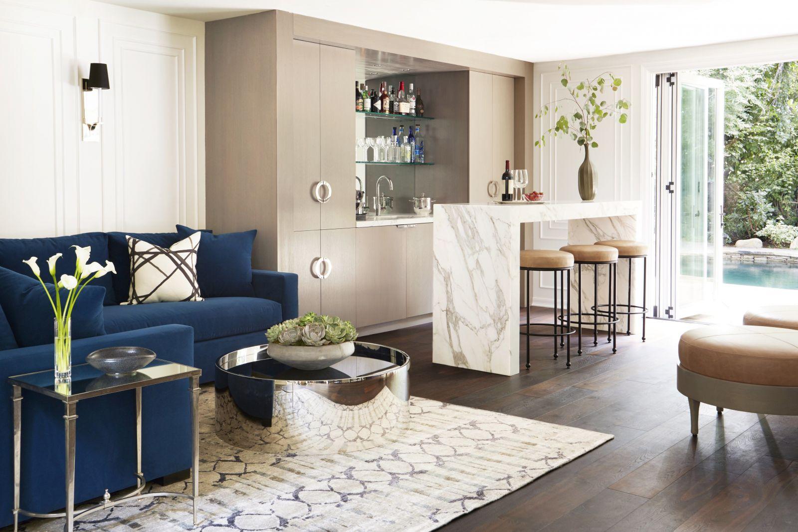 Quầy bar gia đình mang lại cảm giác thoải mái với tủ bếp thiết kế riêng, ghế bar kiểu đơn giản và vẻ đẹp từ không gian mở bên ngoài.
