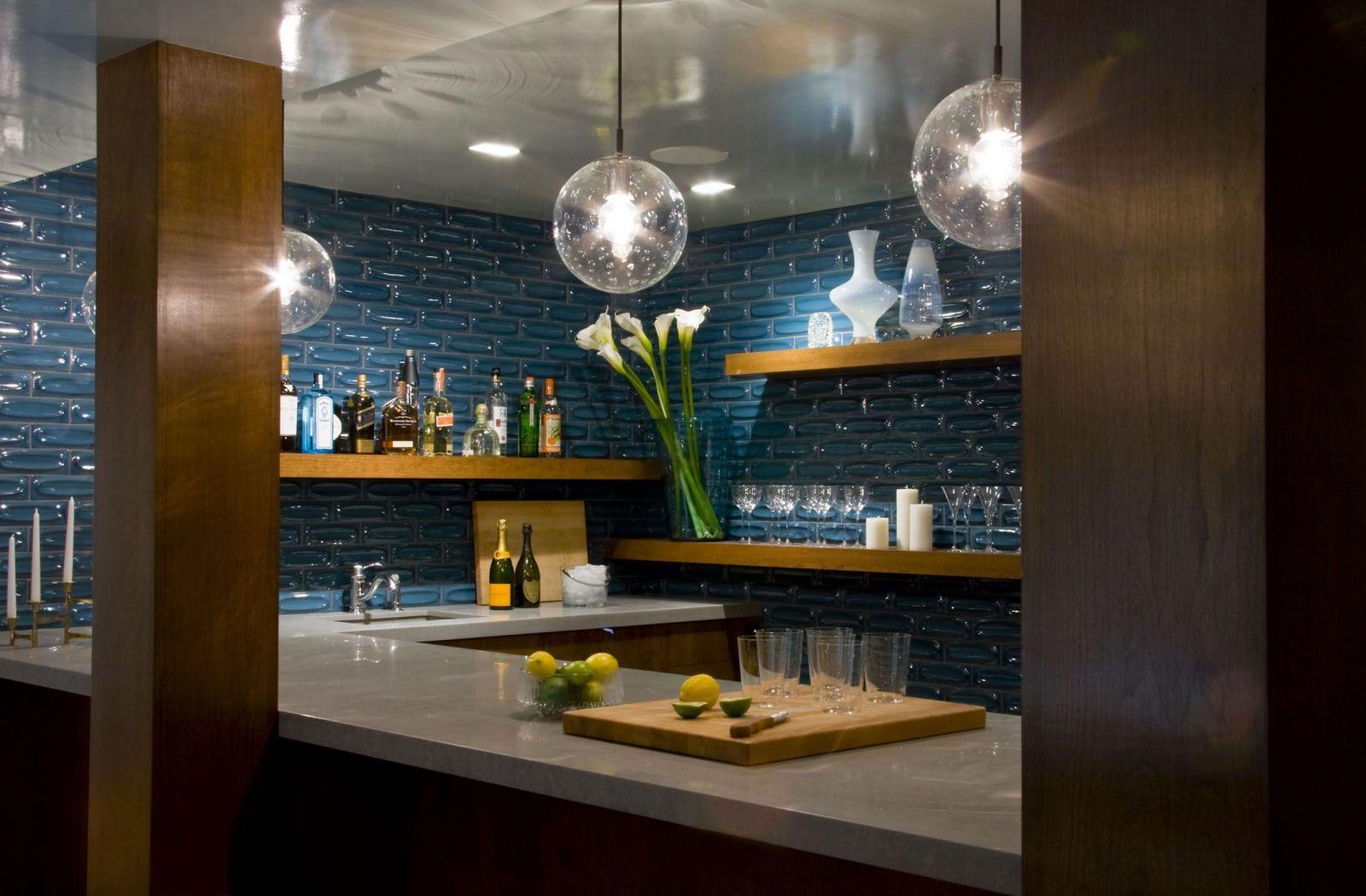 Quầy bar này gợi nhớ tới những ngôi nhà nằm bên bãi biển thơ mộng, khu phòng bếp ốp gạch xanh lam và quần bar bằng gỗ kết hợp tạo cảm giác trôi nổi giữa bầu trời đêm.