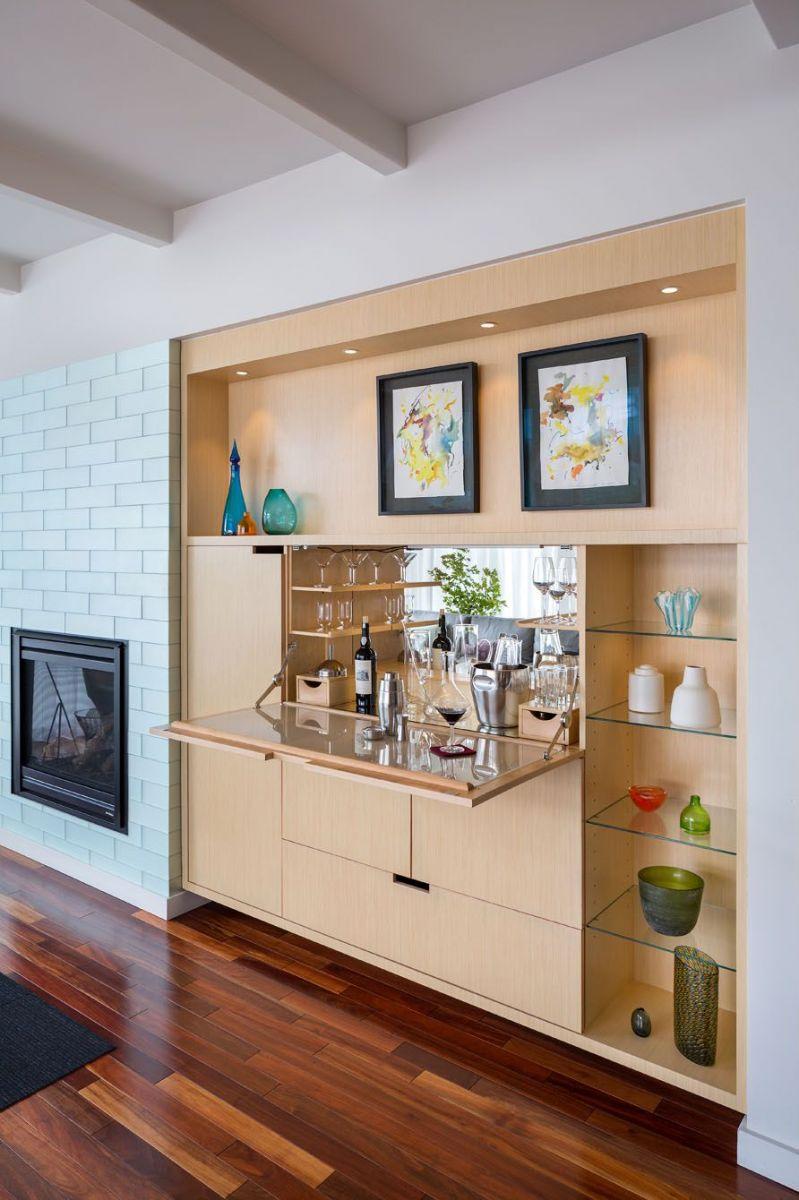 Một không gian ẩn được cất giấu? Kiểu thiết kế quầy bar ẩn xinh xắn phủ gương giúp phòng khách trở nên rộng hơn rất nhiều.