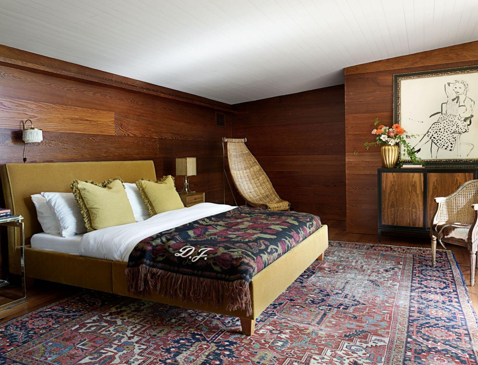 Không gian này mang nhiều điểm nhấn nữ tính, từ chi tiết bèo nhúm trên gối đầu giường, cho đến chiếc chăn họa tiết của Gucci. Cô đặt thêm chiếc ghế thư giãn Rattan để hoàn thiện thiết kế nội thất phòng ngủ chính