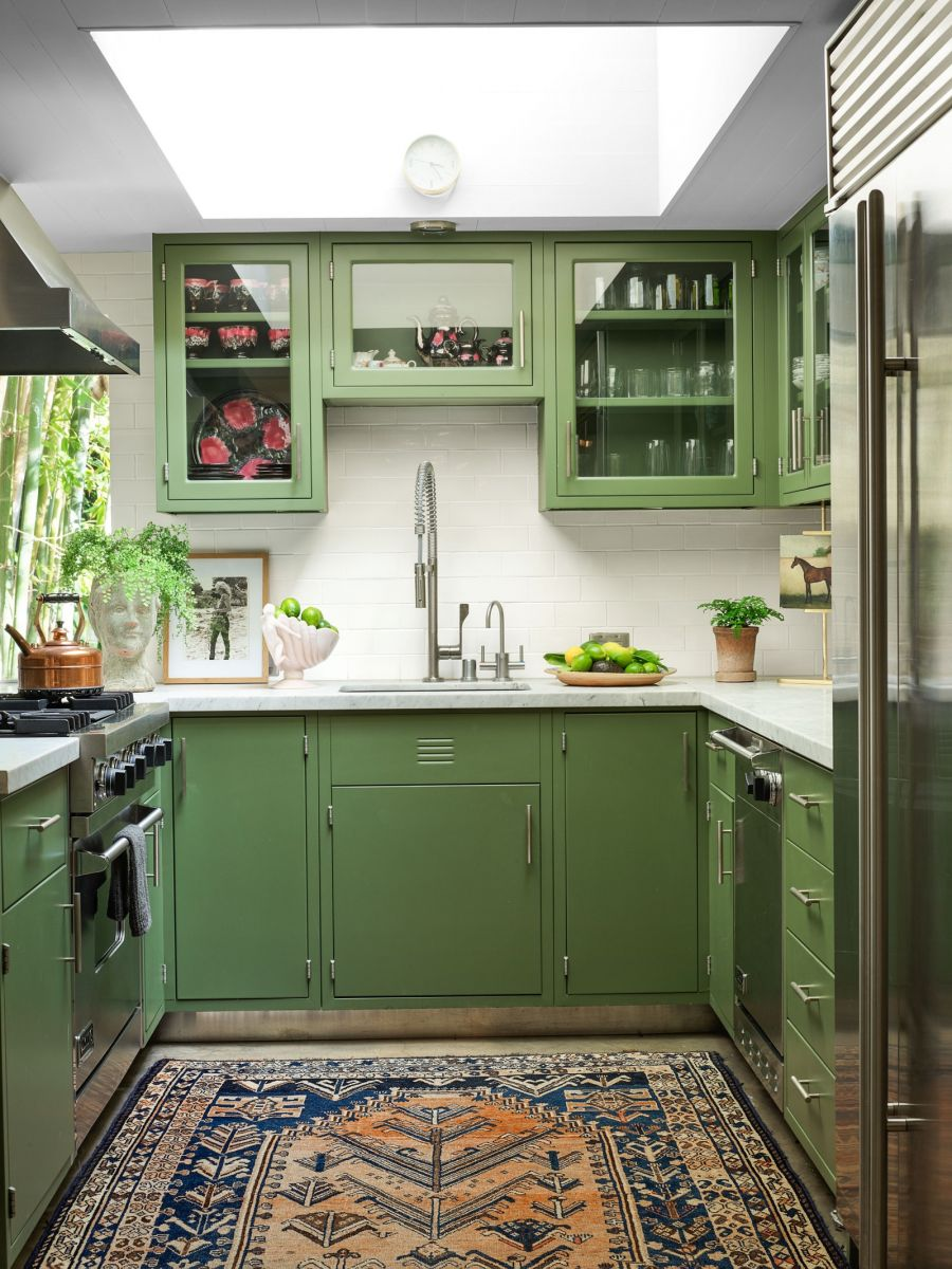 Phòng bếp là một tông màu xanh vừa nổi bật lại mát mắt. Cô rất yêu thích việc nấu nướng nên cũng khá chú trọng vào thiết kế của không gian này