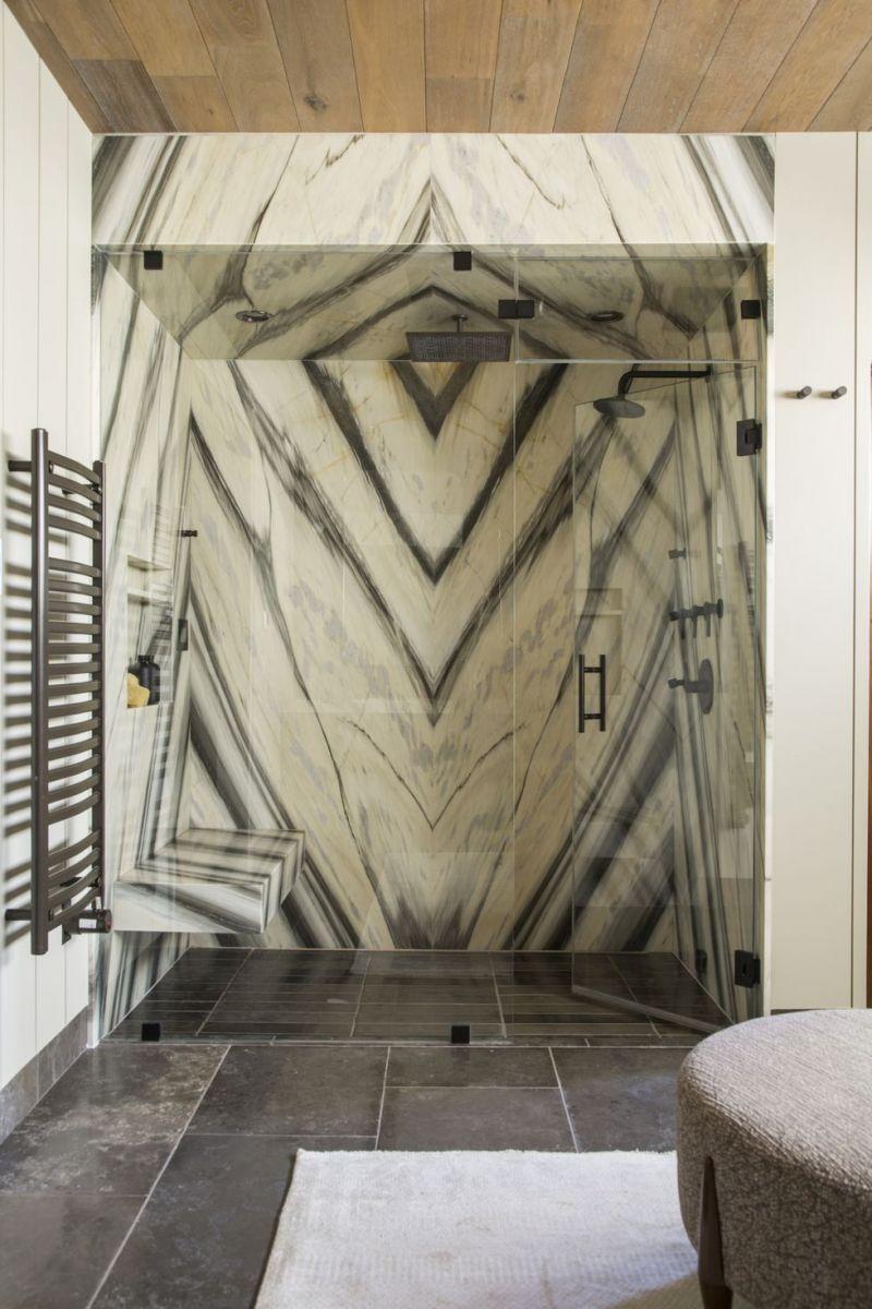 Gạch ốp họa tiết hình học lạ mắt cho buồng tắm là điểm nhấn thú vị không thể bỏ lỡ