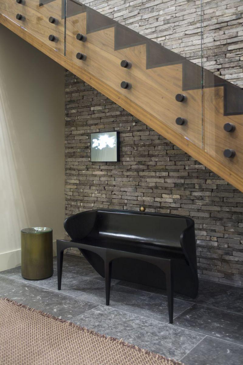 Tận dụng khoảng không gian bên dưới cầu thang với một món đồ nội thất độc đáo là một ý tưởng không tồi để tránh lãng phí không gian