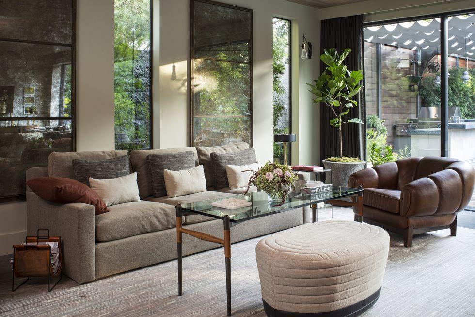 Tổng thể căn nhà tinh tế, lịch lãm với sàn nhà ốp gỗ cùng ton màu với bộ ghế sofa