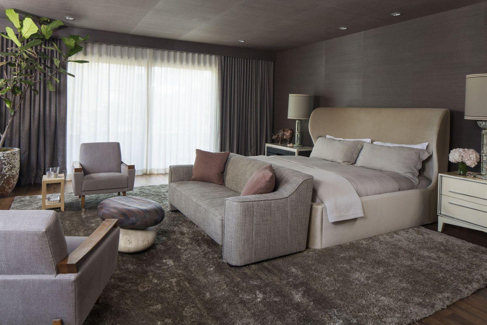 Phòng ngủ ấm cúng nhưng vẫn tạo cảm giác rộng rãi, thoáng đãng nhờ khung cửa sổ sát đất, đồ nội thất có màu sắc nhã nhặn