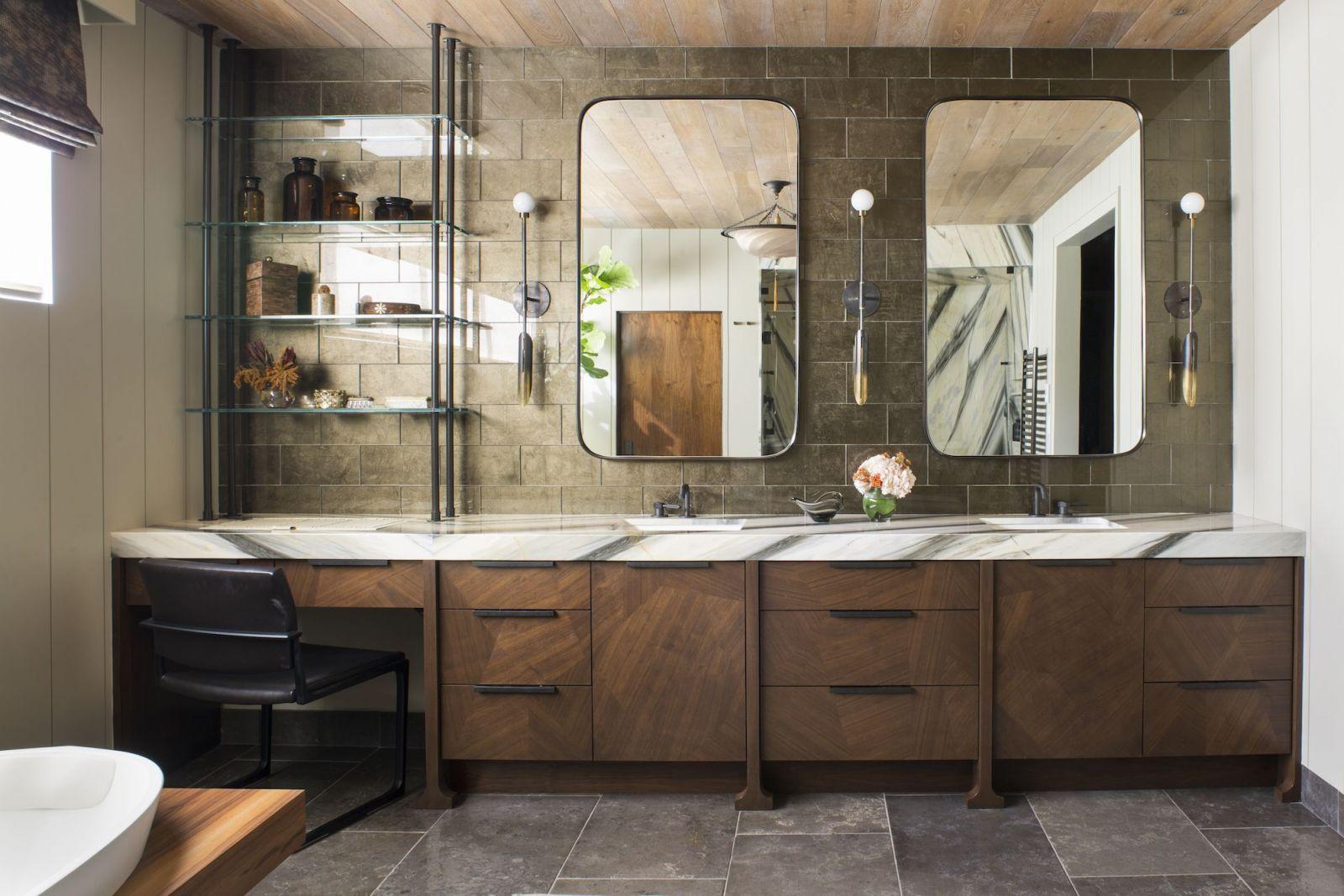 Phòng tắm sử dụng ton màu nâu cổ điển, mộc mạc, tạo cảm giác dễ chịu và thư thái
