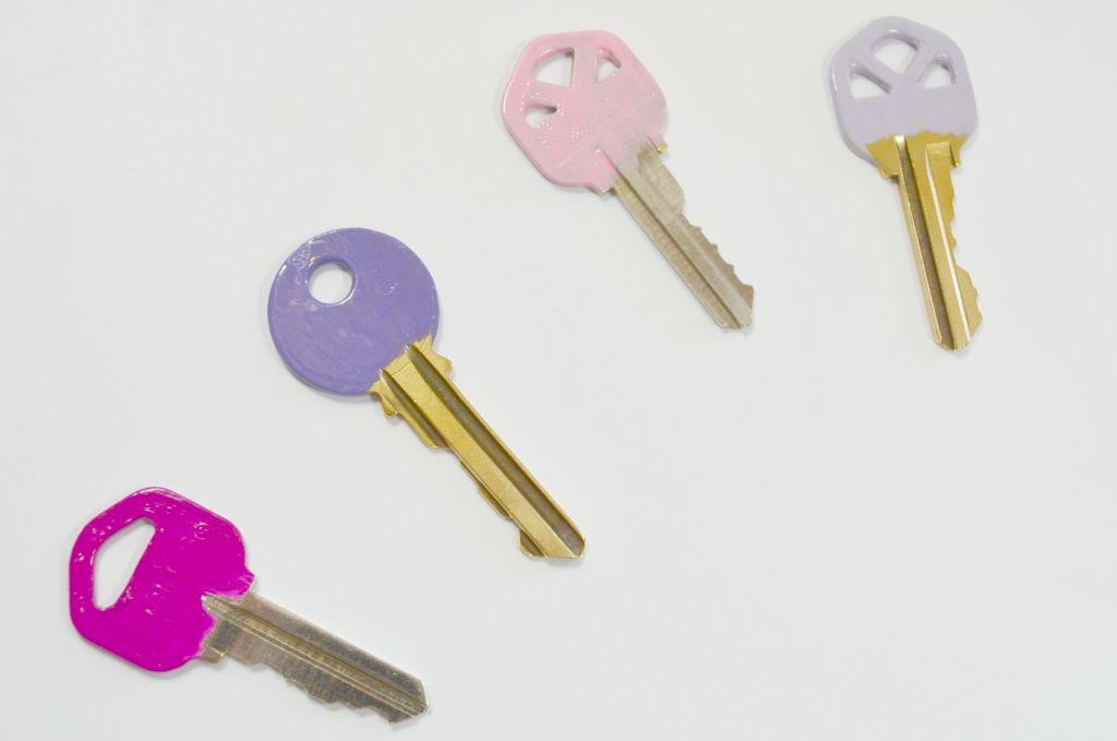 Dễ dàng sử dụng chìa khóa khi sơn móng tay lên