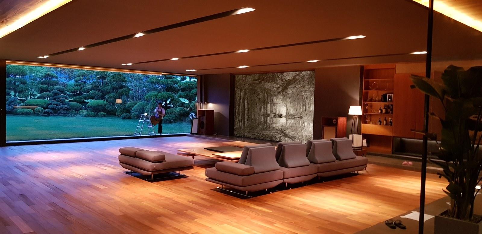 Bức tranh Maya đặt một góc trong phòng khách nhìn ra khu vườn trong phim Parasite