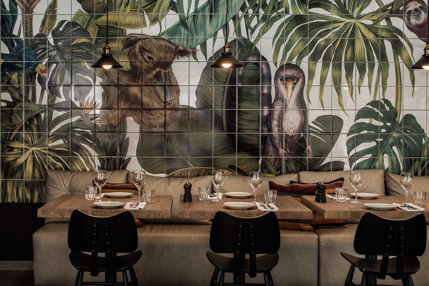 Bức tường làm bằng gạch bông màu, thiết kế riêng cho khách sạn với hình ảnh quen thuộc của lá cọ và các loài động vật hoang dã