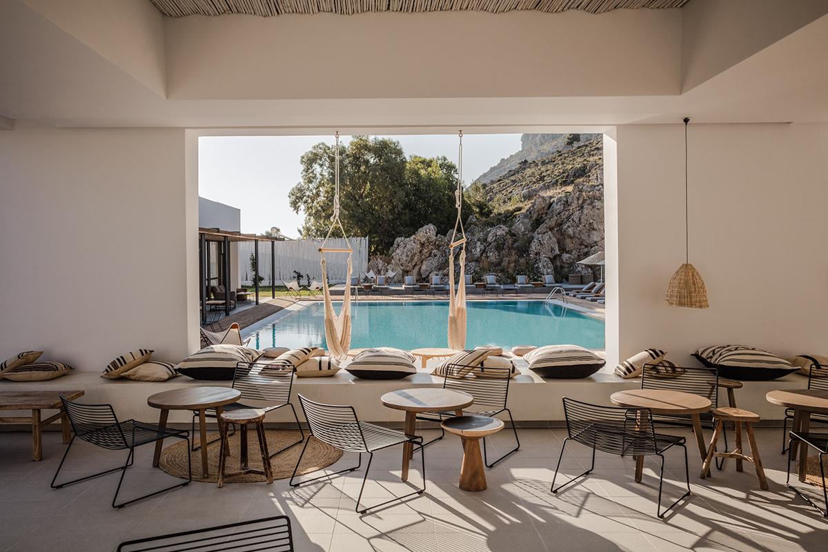 Các bức tường từ các đường nét thẳng cứng nhắc được làm mềm bằng các món đồ nội thất thiên về hình tròn: bàn trà, thảm cói, những chiếc gối ôm mềm mại