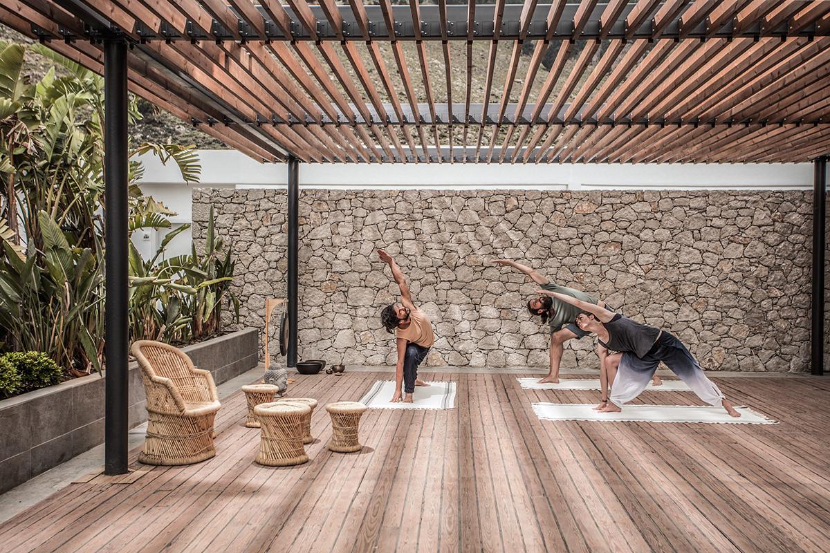 Khu tập Yoga cho khách hàng với huấn luyện viên riêng