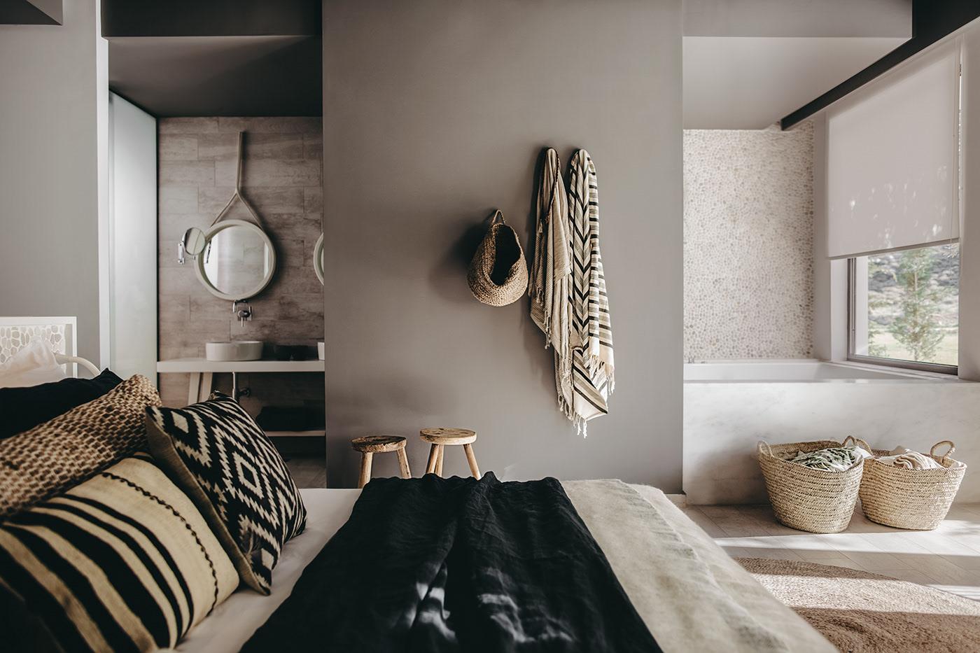 Bồn tắm và bồn rửa tay ngăn cách phòng ngủ bằng một vách tường chắn giữa. Điều này giữ cho căn phòng vẫn trông thật rộng rãi nhưng lại có sự riêng tư nhất định