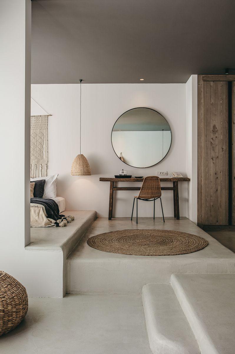 Bàntrang điểm sử dụng một chiếc gương ngoại cỡ, xóa đi không gian trống trải của bức tường trắng lại khiến căn phòng thêm rộng lớn.