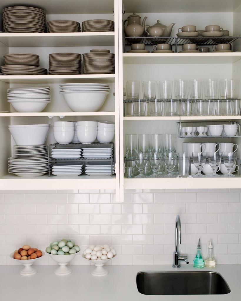 Kệ bếp mở cho nhà chật - sử dụng đồ gốm
