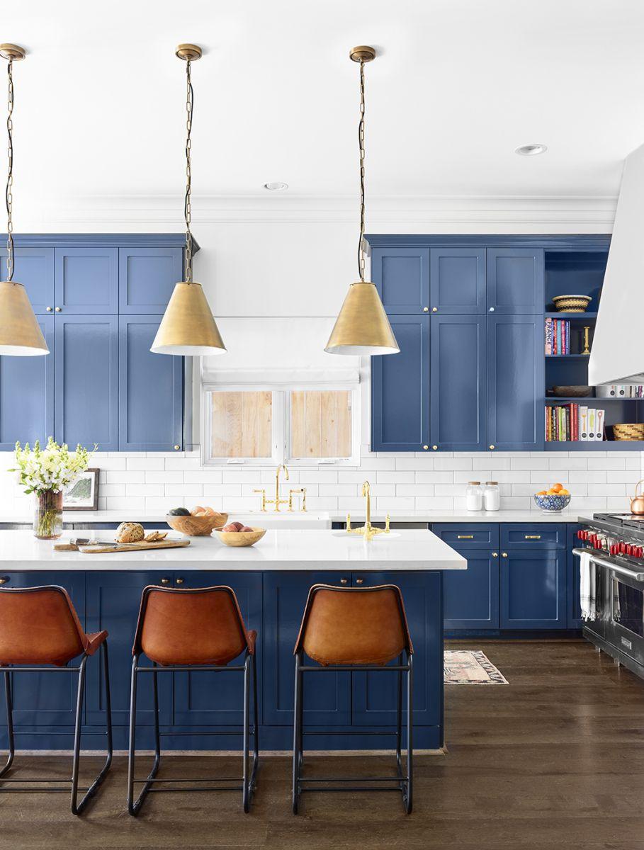 Một lớp sơn mới tinh của tông màu xanh đậm này có thể dễ dàng làm gia vị cho tủ bếp và các ngăn tủ lưu trữ, đặc biệt khi kết hợp với mặt bàn màu đen trắng và chất liệu kim loại, đó sẽ là sự kết hợp hoàn hảo.
